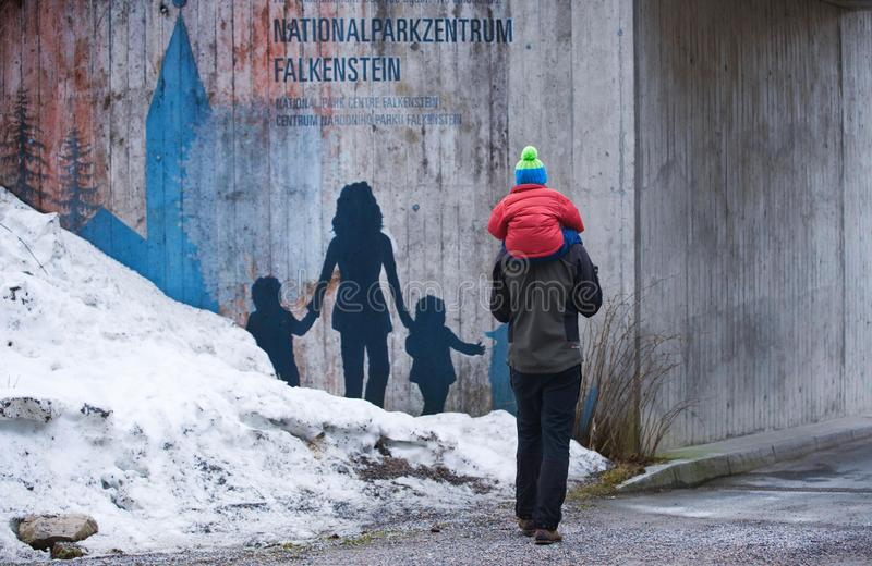 ΓΕΡΜΑΝΙΑ, ΒΑΥΑΡΙΚΟ ΔΑΣΟΣ, FALKENSTEIN, το Μάρτιο του 2018: Ένα άτομο φέρνει έναν γιο στους ώμους του μετά από να επισκεφτεί του w στοκ φωτογραφίες