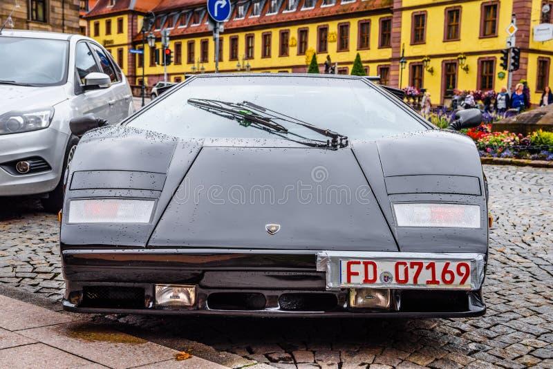 ΓΕΡΜΑΝΙΑ, FULDA - ΤΟΝ ΙΟΎΛΙΟ ΤΟΥ 2019: μαύρο LAMBORGHINI COUNTACH είναι μια οπίσθια μέσος-μηχανή, αθλητικό αυτοκίνητο οπίσθιος-ρό στοκ φωτογραφίες