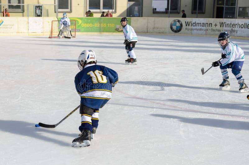 Γερμανικά παιδιά που παίζουν το χόκεϋ πάγου στοκ εικόνα με δικαίωμα ελεύθερης χρήσης