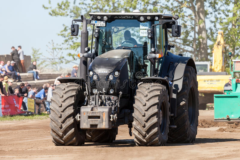 Γερμανικές κινήσεις τρακτέρ axion claas στη διαδρομή από ένα traktor που τραβά το γεγονός στοκ φωτογραφία με δικαίωμα ελεύθερης χρήσης