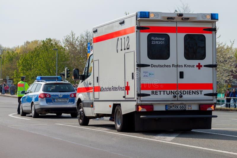Γερμανικές στάσεις ασθενοφόρων και αστυνομικών οχημάτων έκτακτης ανάγκης στην οδό στοκ φωτογραφία με δικαίωμα ελεύθερης χρήσης