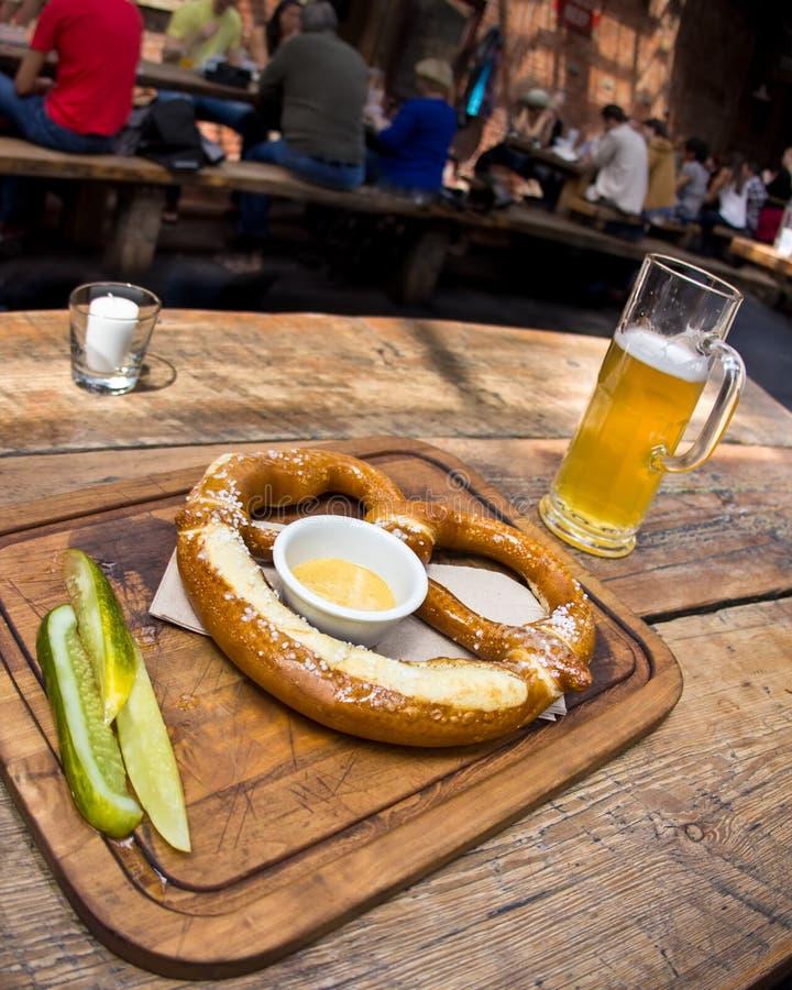 Γερμανικές Pretzel και μπύρα στοκ φωτογραφία με δικαίωμα ελεύθερης χρήσης