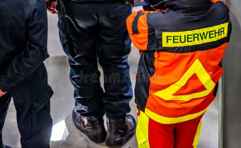 Γερμανική πυροσβεστική - ηγέτης ομάδας που στέκεται και που περιμένει - μετάφραση: Πυροσβέστης στοκ εικόνες με δικαίωμα ελεύθερης χρήσης