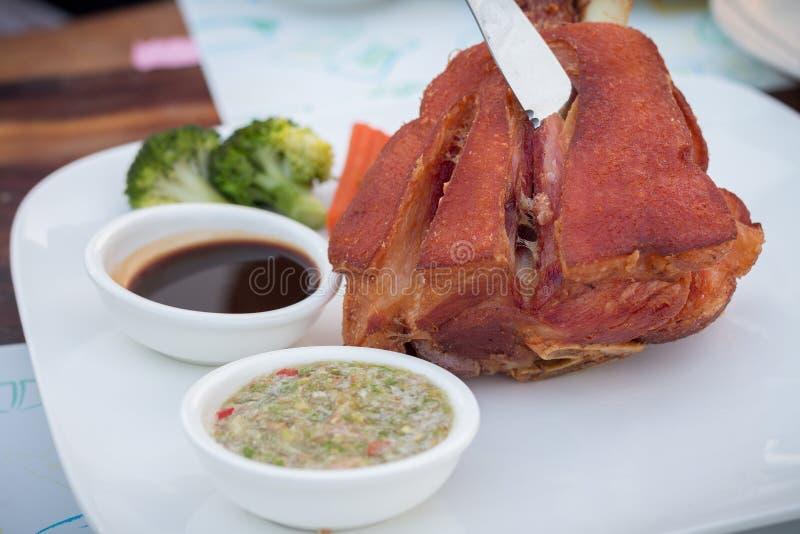 Γερμανική BBQ άρθρωση χοιρινού κρέατος που εξυπηρετείται με την ταϊλανδική πικάντικη σάλτσα Hock χοιρινού κρέατος στοκ εικόνες