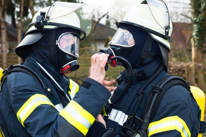 Γερμανικοί πυροσβέστες με το κράνος και την αναπνευστική συσκευή στοκ φωτογραφία με δικαίωμα ελεύθερης χρήσης
