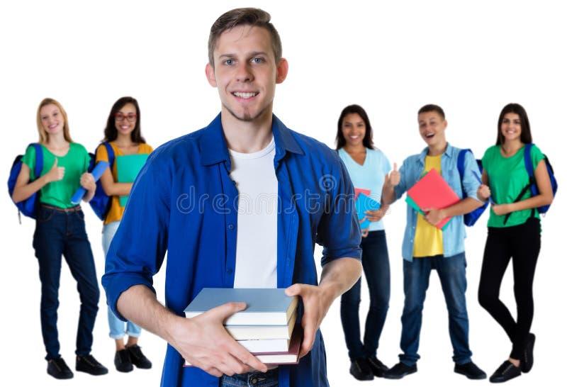 Γερμανικός άνδρας σπουδαστής με τα βιβλία και ομάδα σπουδαστών στοκ φωτογραφίες με δικαίωμα ελεύθερης χρήσης