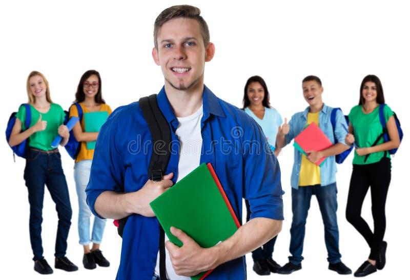 Γερμανικός άνδρας σπουδαστής με τη γραφική εργασία και ομάδα σπουδαστών στοκ εικόνες