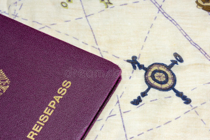 Γερμανικό διαβατήριο κοντά στις βασικές κατευθύνσεις στο χάρτη στοκ φωτογραφία με δικαίωμα ελεύθερης χρήσης