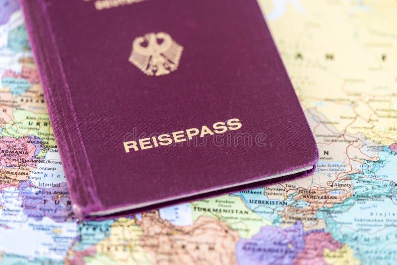 Γερμανικό διαβατήριο σε έναν παγκόσμιο χάρτη στοκ φωτογραφία με δικαίωμα ελεύθερης χρήσης