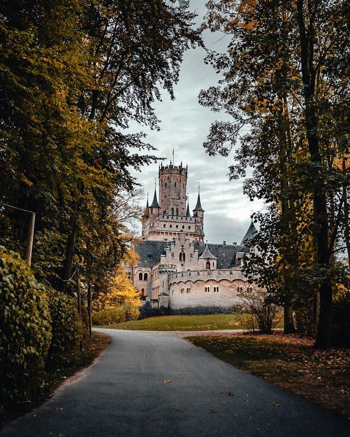 Γερμανικό κάστρο με driveway πριν από το στοκ φωτογραφίες