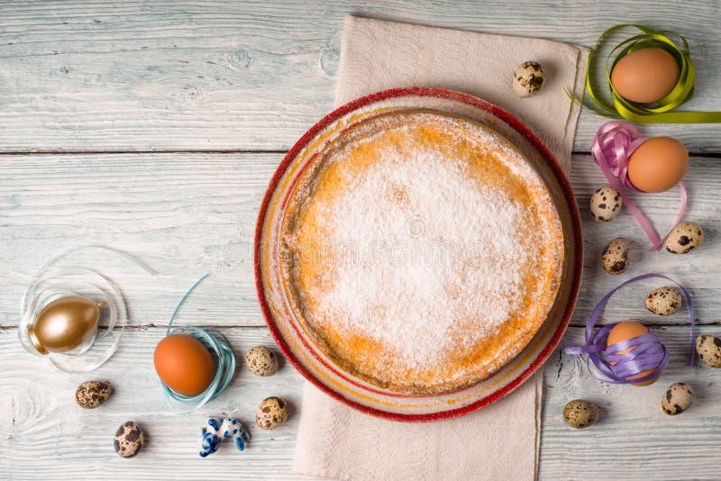 Γερμανικό κέικ Πάσχας σε ένα κεραμικό πιάτο και τα αυγά στοκ φωτογραφία