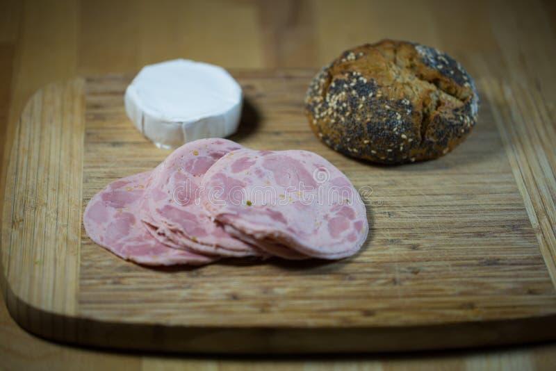Γερμανικό πρόχειρο φαγητό στο ξύλινο ψωμί στοκ εικόνες