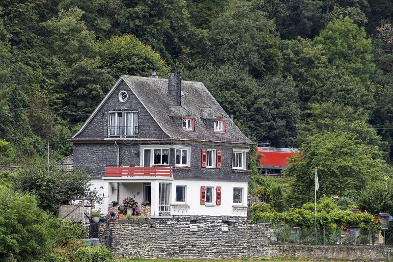 Γερμανικό σπίτι στην κοιλάδα του βουνού στοκ εικόνες