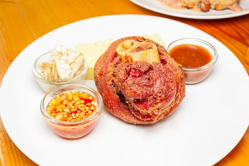 Γερμανικό Hock χοιρινού κρέατος με τη σάλτσα στοκ φωτογραφία με δικαίωμα ελεύθερης χρήσης