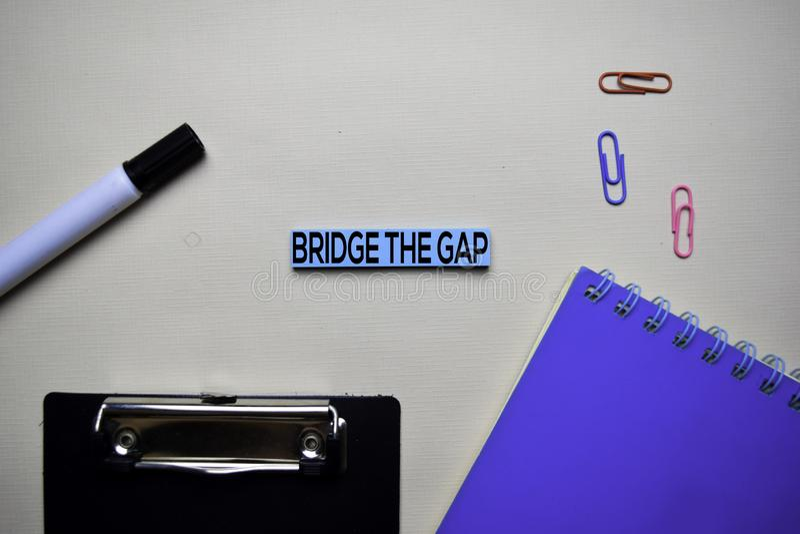 Γεφυρώστε το κείμενο της Gap στις κολλώδεις σημειώσεις με την έννοια γραφείων γραφείων στοκ φωτογραφίες με δικαίωμα ελεύθερης χρήσης
