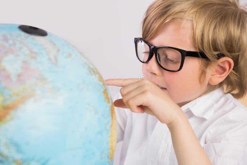 Γεωγραφία εκμάθησης σπουδαστών με τη σφαίρα στοκ εικόνα