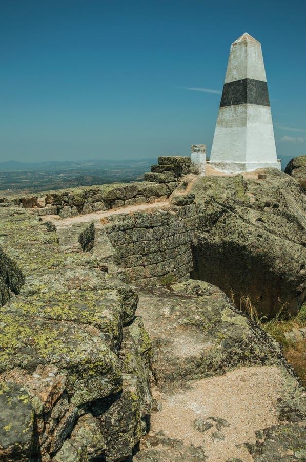 Γεωδαιτικός στυλοβάτης στη δύσκολη κορυφή υψώματος στο Castle Monsanto στοκ εικόνες