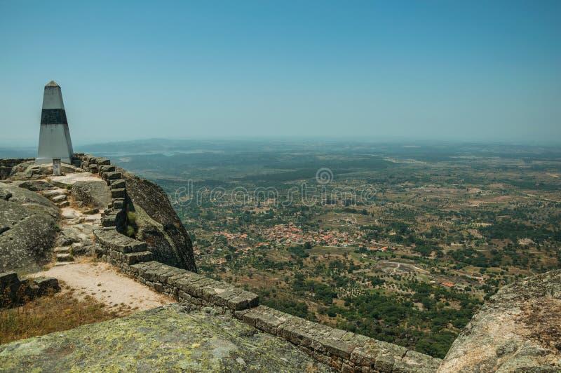 Γεωδαιτικός στυλοβάτης στη δύσκολη κορυφή υψώματος στο Castle Monsanto στοκ φωτογραφίες με δικαίωμα ελεύθερης χρήσης