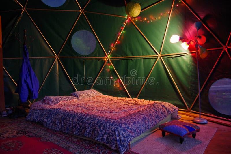 Γεωδεσικό ενοίκιο θόλων από Airbnb στα μπλε βουνά κορυφογραμμών της βόρειας Καρολίνας Μικροσκοπικό σπίτι με την όμορφα εσωτερικά  στοκ φωτογραφία