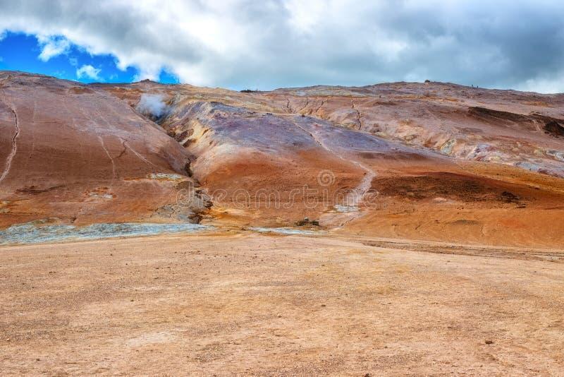 Γεωθερμική περιοχή Hverir Namafjall στην Ισλανδία Ζαλίζοντας τοπίο της κοιλάδας θείου, πανοραμική άποψη του βουνού Namafjall και  στοκ εικόνα