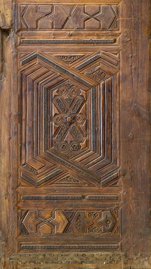Γεωμετρικά και floral χαραγμένα σχέδια του ξύλινου περίκομψου φύλλου πορτών ύφους Mamluk στοκ εικόνες με δικαίωμα ελεύθερης χρήσης