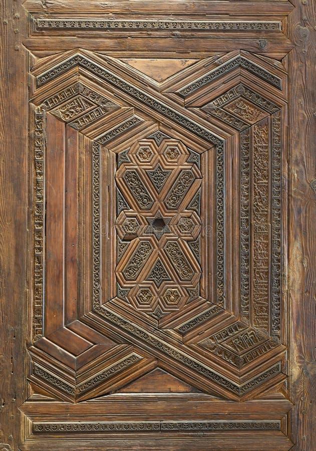 Γεωμετρικά και floral χαραγμένα σχέδια του ξύλινου περίκομψου φύλλου πορτών ύφους Mamluk στοκ φωτογραφία με δικαίωμα ελεύθερης χρήσης
