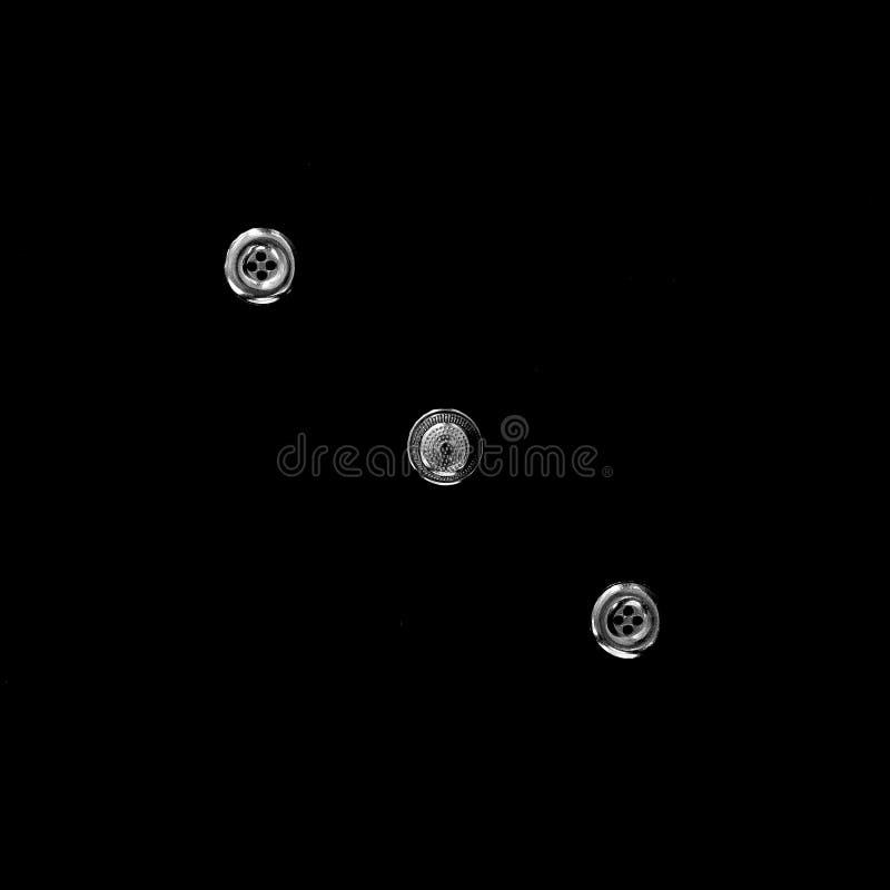 Γεωμετρική σύνθεση στη διαγώνιος δύο κουμπιών και μιας ράβοντας δακτυ στοκ εικόνα