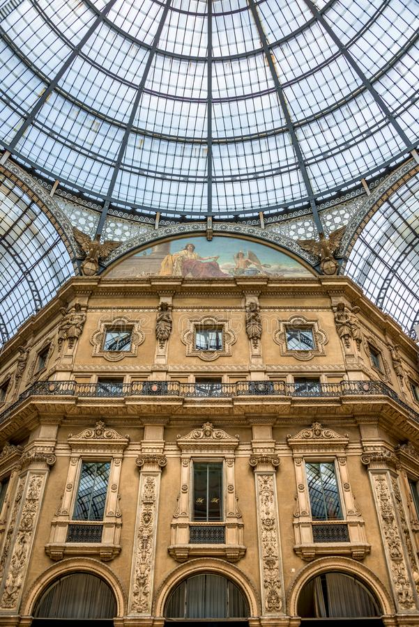 Γεωμετρικό και ιστορικό εσωτερικό Galleria Vittorio Emanuele ΙΙ μπροστά από τον καθεδρικό ναό του Μιλάνου, Μιλάνο, Ιταλία στοκ εικόνα
