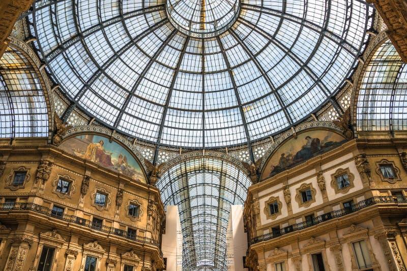Γεωμετρικό και ιστορικό εσωτερικό Galleria Vittorio Emanuele ΙΙ μπροστά από τον καθεδρικό ναό του Μιλάνου, Μιλάνο, Ιταλία στοκ εικόνες
