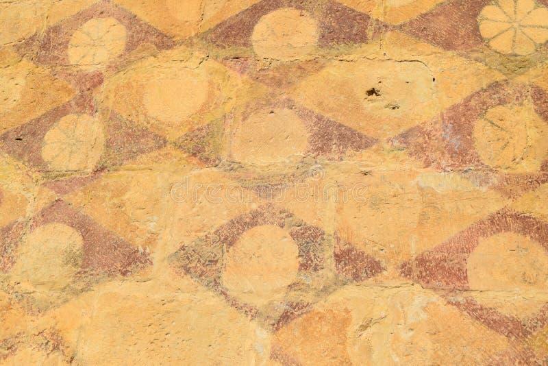 Γεωμετρικό παλαιό στρέθιμο της προσοχής αριθμών πολύ στον τοίχο κάστρων στοκ φωτογραφία με δικαίωμα ελεύθερης χρήσης