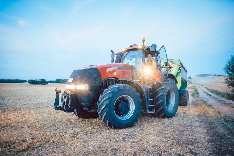 Γεωργικά μηχανήματα και τρακτέρ σε έναν συγκομισμένο τομέα στοκ εικόνες