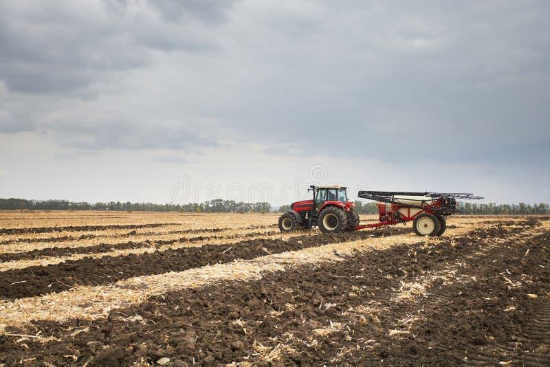 Γεωργικά μηχανήματα στον τομέα στοκ φωτογραφίες με δικαίωμα ελεύθερης χρήσης
