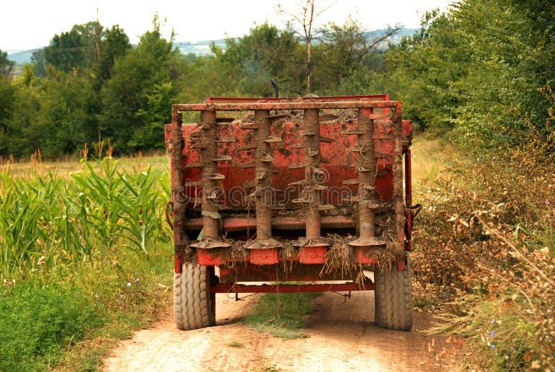 Γεωργική μηχανή στον αγροτικό δρόμο στοκ φωτογραφίες με δικαίωμα ελεύθερης χρήσης