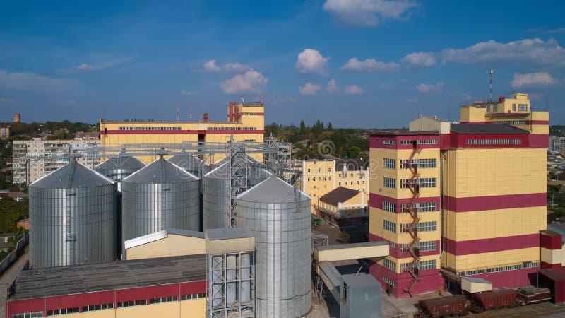 γεωργικό σιλό Αποθήκευση και ξήρανση των σιταριών, σίτος, καλαμπόκι, σόγια, ενάντια στο μπλε ουρανό με τα σύννεφα στοκ εικόνα με δικαίωμα ελεύθερης χρήσης