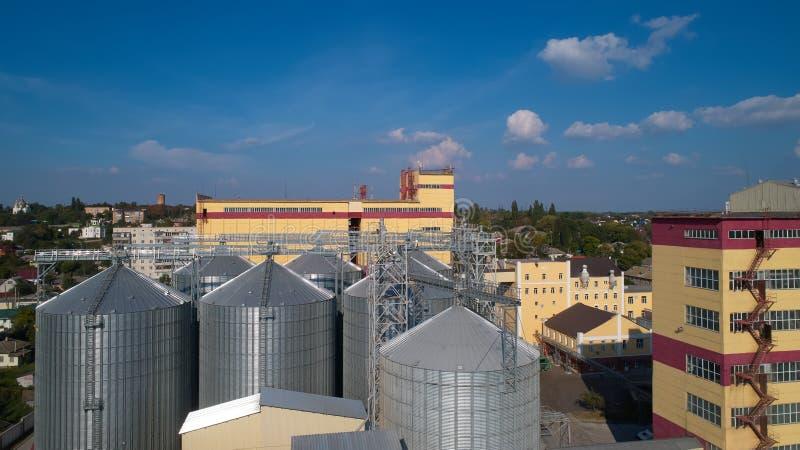 γεωργικό σιλό Αποθήκευση και ξήρανση των σιταριών, σίτος, καλαμπόκι, σόγια, ενάντια στο μπλε ουρανό με τα σύννεφα στοκ φωτογραφία με δικαίωμα ελεύθερης χρήσης