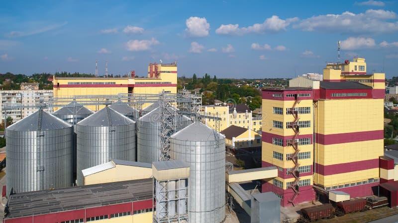 γεωργικό σιλό Αποθήκευση και ξήρανση των σιταριών, σίτος, καλαμπόκι, σόγια, ενάντια στο μπλε ουρανό με τα σύννεφα στοκ εικόνες με δικαίωμα ελεύθερης χρήσης
