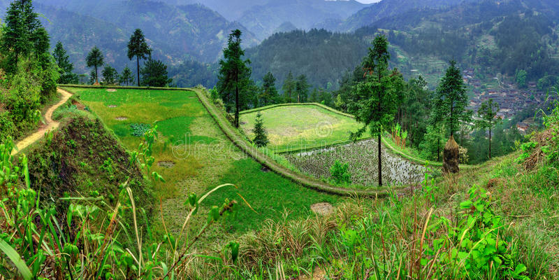 Γεωργικό τοπίο άνοιξη στην ορεινή, αγροτική, νοτιοδυτική Κίνα. στοκ φωτογραφία