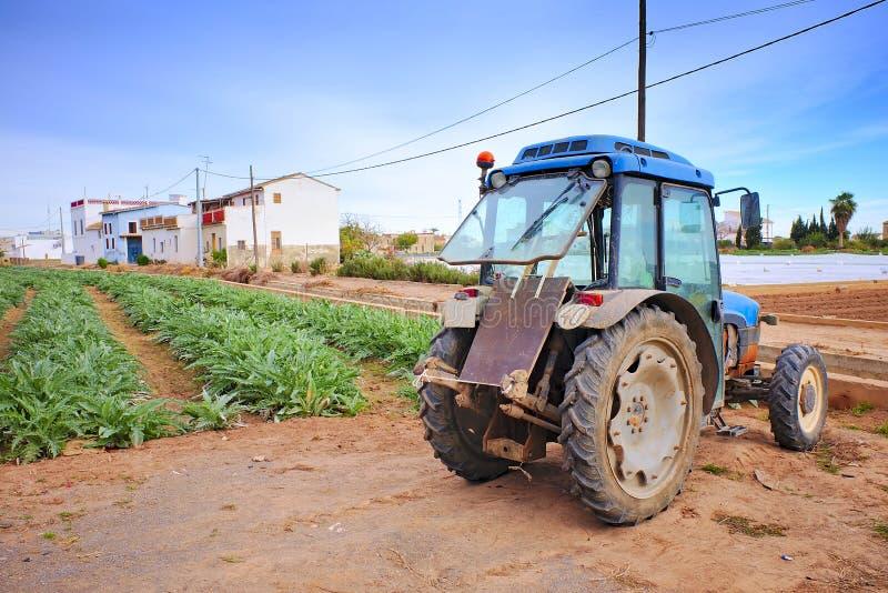 Γεωργικό όχημα δίπλα σε μια φυτεία στοκ εικόνες