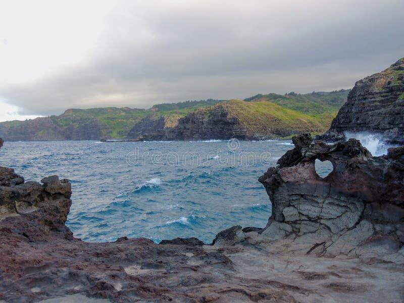 Γεωλογικός σχηματισμός μορφής καρδιών φυσικός στον τοίχο βράχου λάβας σε Nakalele στη Χαβάη, ΗΠΑ, με τα βουνά ι ωκεανών και Maui στοκ φωτογραφίες με δικαίωμα ελεύθερης χρήσης