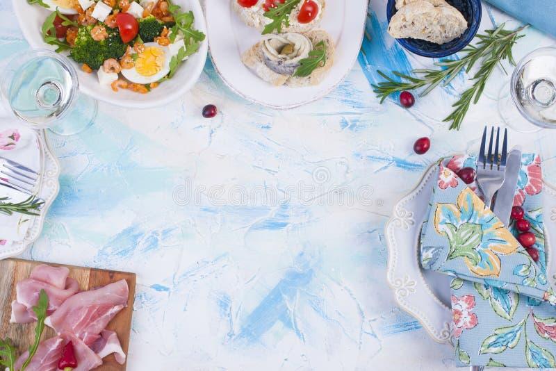 Γεύμα διακοπών Τρόφιμα της Ολλανδίας Σάντουιτς με το ζαμπόν ρεγγών και τα πρόχειρα φαγητά, κρασί, σαλάτα Θαλασσινά εύγευστος Ελεύ στοκ φωτογραφία