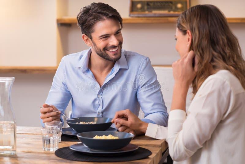 γεύμα ζευγών που έχει ρομ& στοκ εικόνα με δικαίωμα ελεύθερης χρήσης