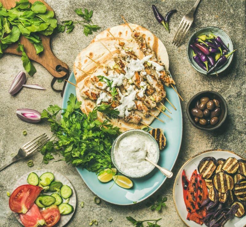 Γεύμα κομμάτων θερινών σχαρών που τίθεται πέρα από το γκρίζο συγκεκριμένο υπόβαθρο στοκ εικόνες