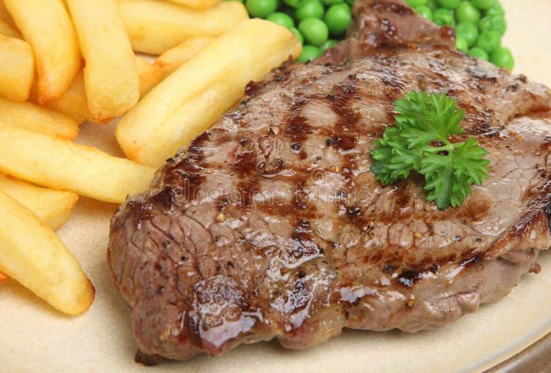 Γεύμα μπριζόλας βόειου κρέατος κόντρων φιλέτο με τα τσιπ στοκ εικόνες