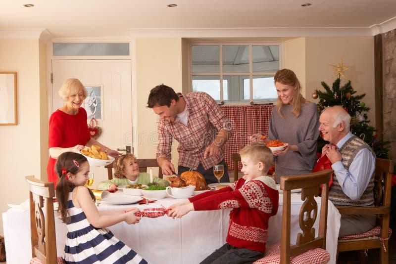 Γεύμα οικογενειακών εξυπηρετώντας Χριστουγέννων