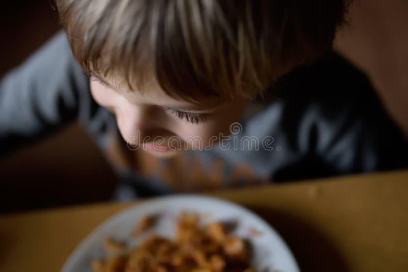 Γεύμα σε μια φτωχή οικογένεια Τρόφιμα για ένα φτωχό παιδί στοκ εικόνα