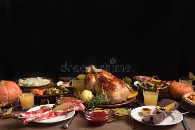 Γεύμα της Τουρκίας ημέρας των ευχαριστιών με όλες τις πλευρές στοκ εικόνα