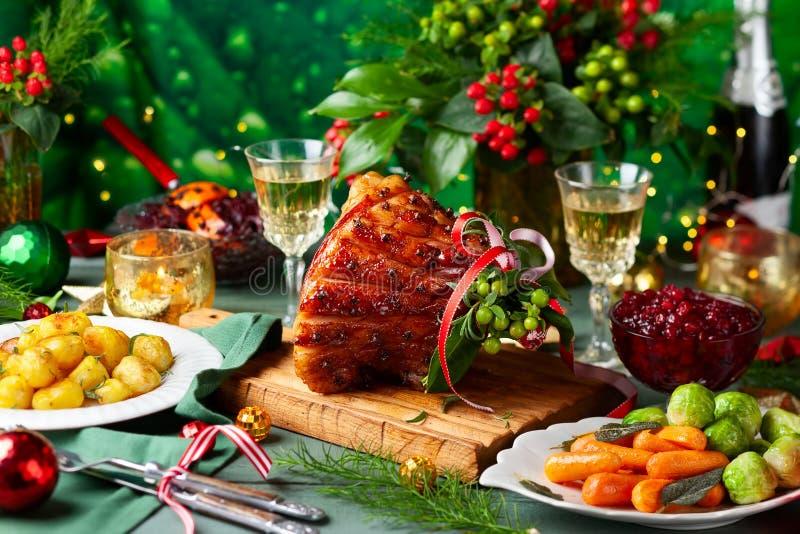 Γεύμα Χριστουγέννων με τα δευτερεύοντα πιάτα στοκ εικόνες με δικαίωμα ελεύθερης χρήσης