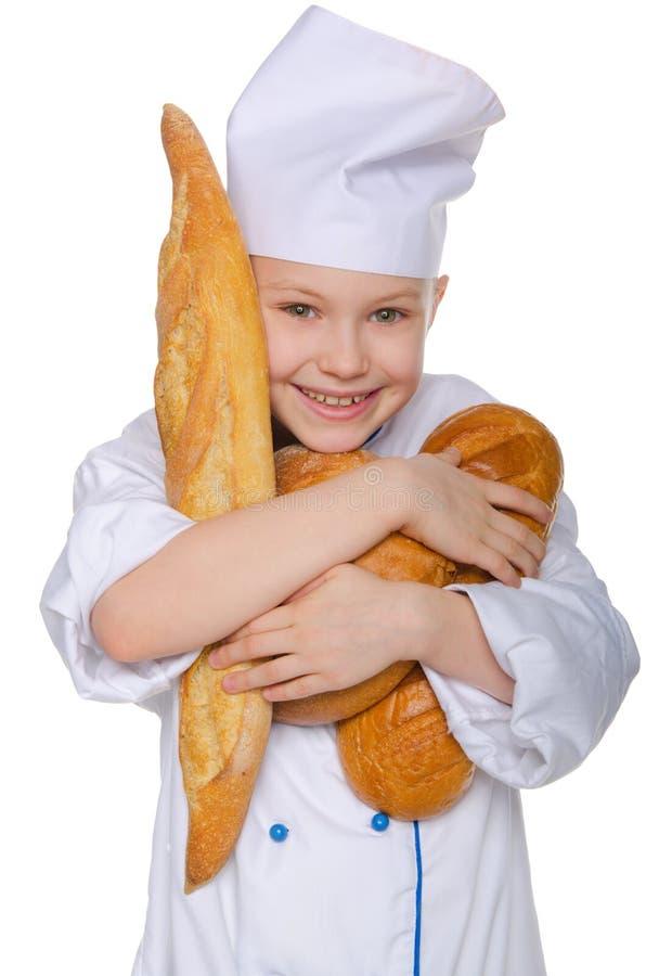 Γελώντας αρτοποιός με τρεις φραντζόλες του ψωμιού στοκ εικόνα με δικαίωμα ελεύθερης χρήσης