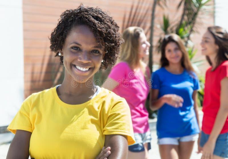 Γελώντας γυναίκα αφροαμερικάνων με τρεις φίλες στην πόλη στοκ φωτογραφία με δικαίωμα ελεύθερης χρήσης
