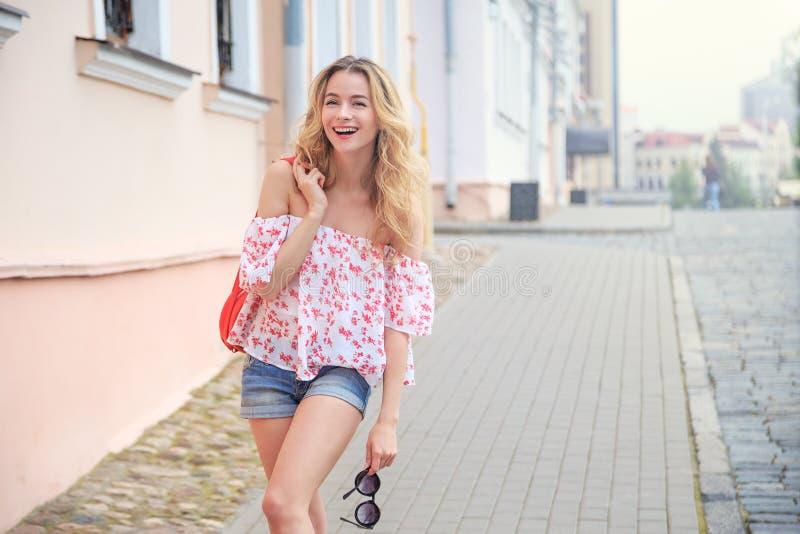Γελώντας γυναίκα μόδας στην οδό πόλεων στην Ευρώπη στοκ φωτογραφία